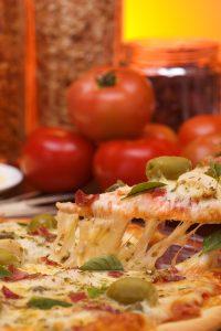 Fotografia de pizza em plano aberto.